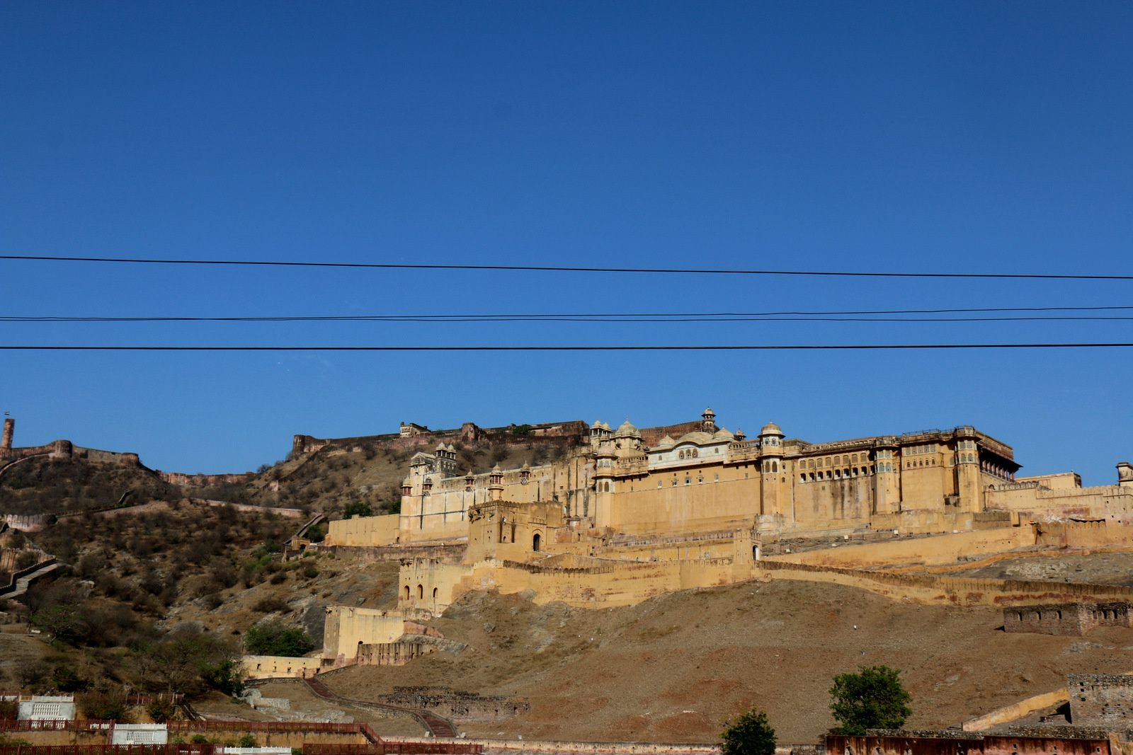 Fort Jaigarh surplombe le Fort d'Amber.