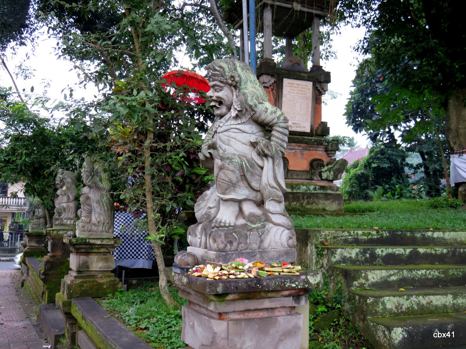 Temple Pura Dalem Puri Peliatan, Ubud (Bali, Indonésie), l'esplanade d'entrée