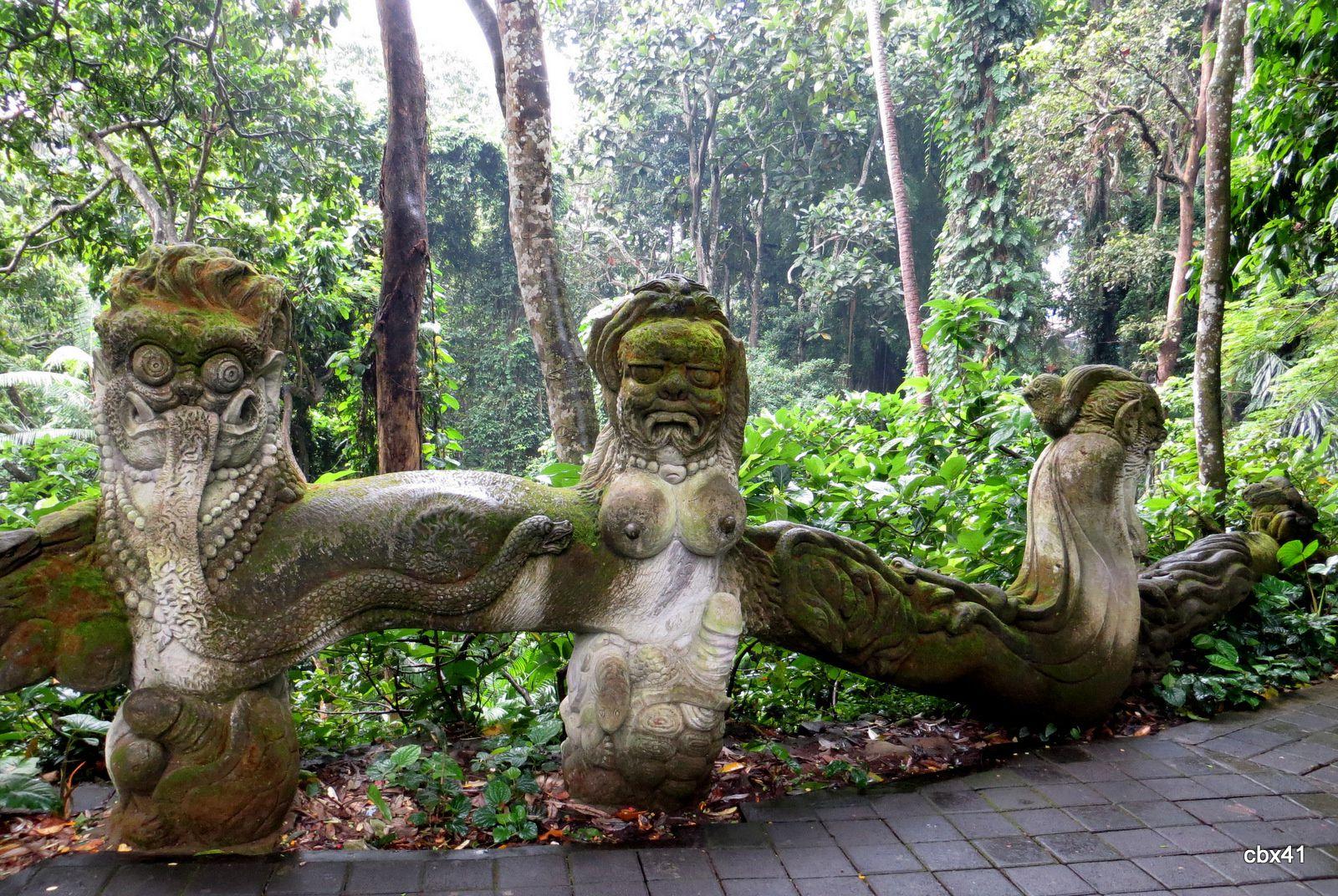Statues de dragons et autres, Monkey Forest,  Ubud (Bali, Indonésie)
