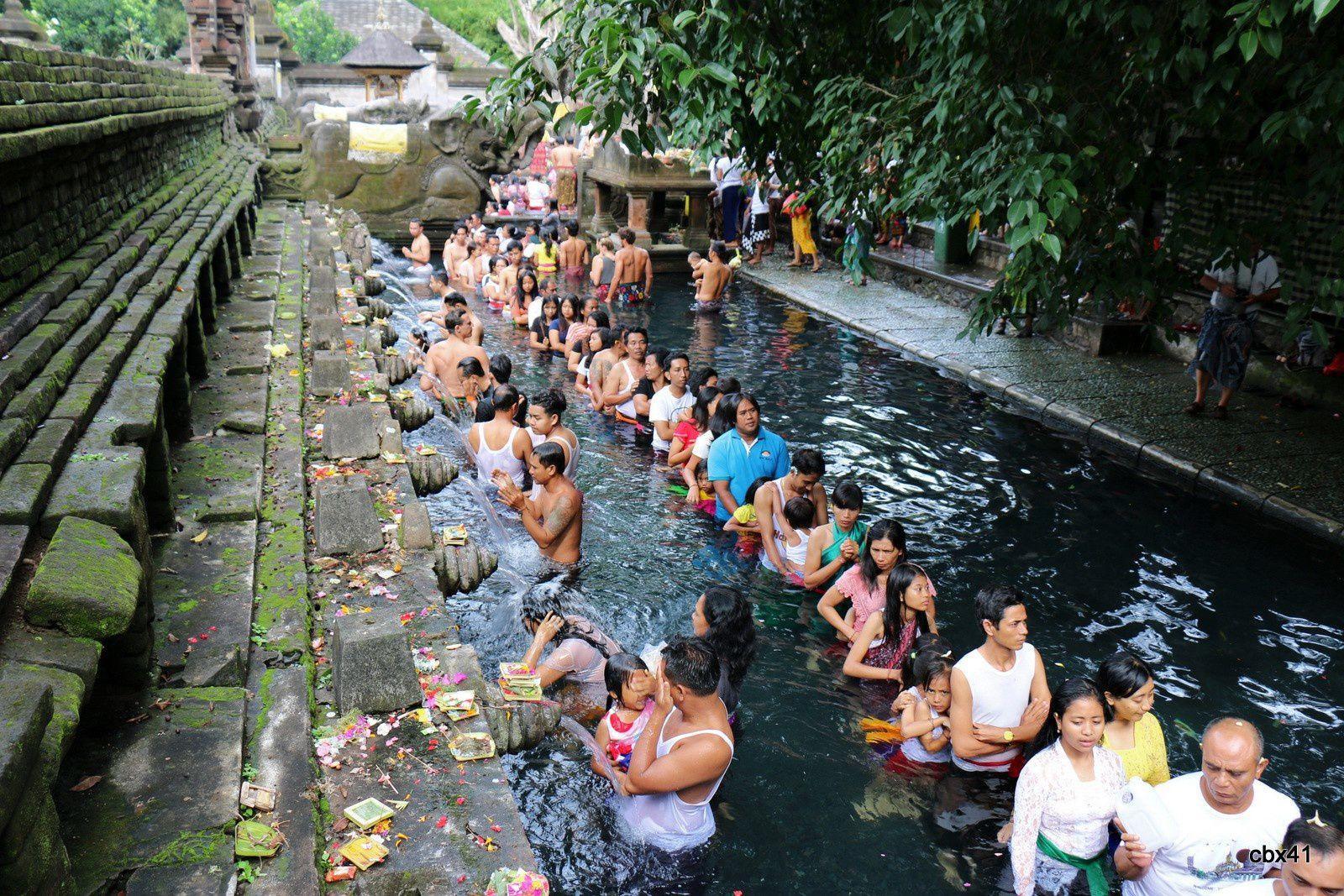 La source sacrée du temple de Tirta Empul, Tampaksiring (Bali, Indonésie)