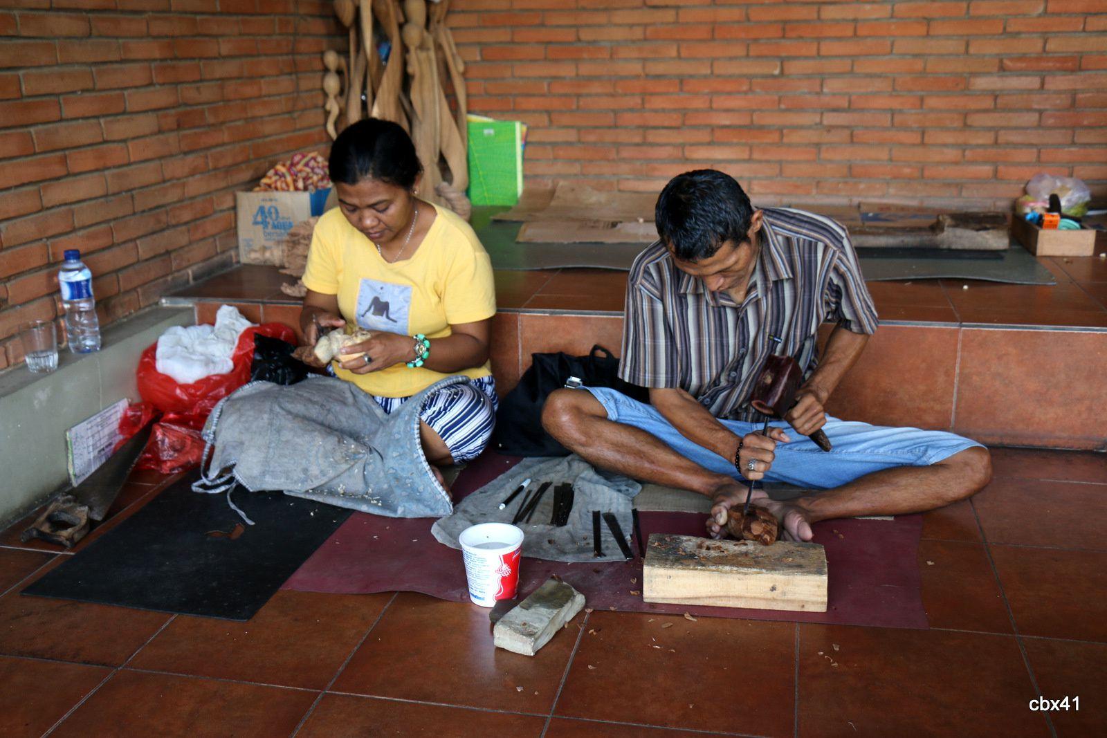Sculpteurs sur bois au village de Mas (Bali, Indonésie)