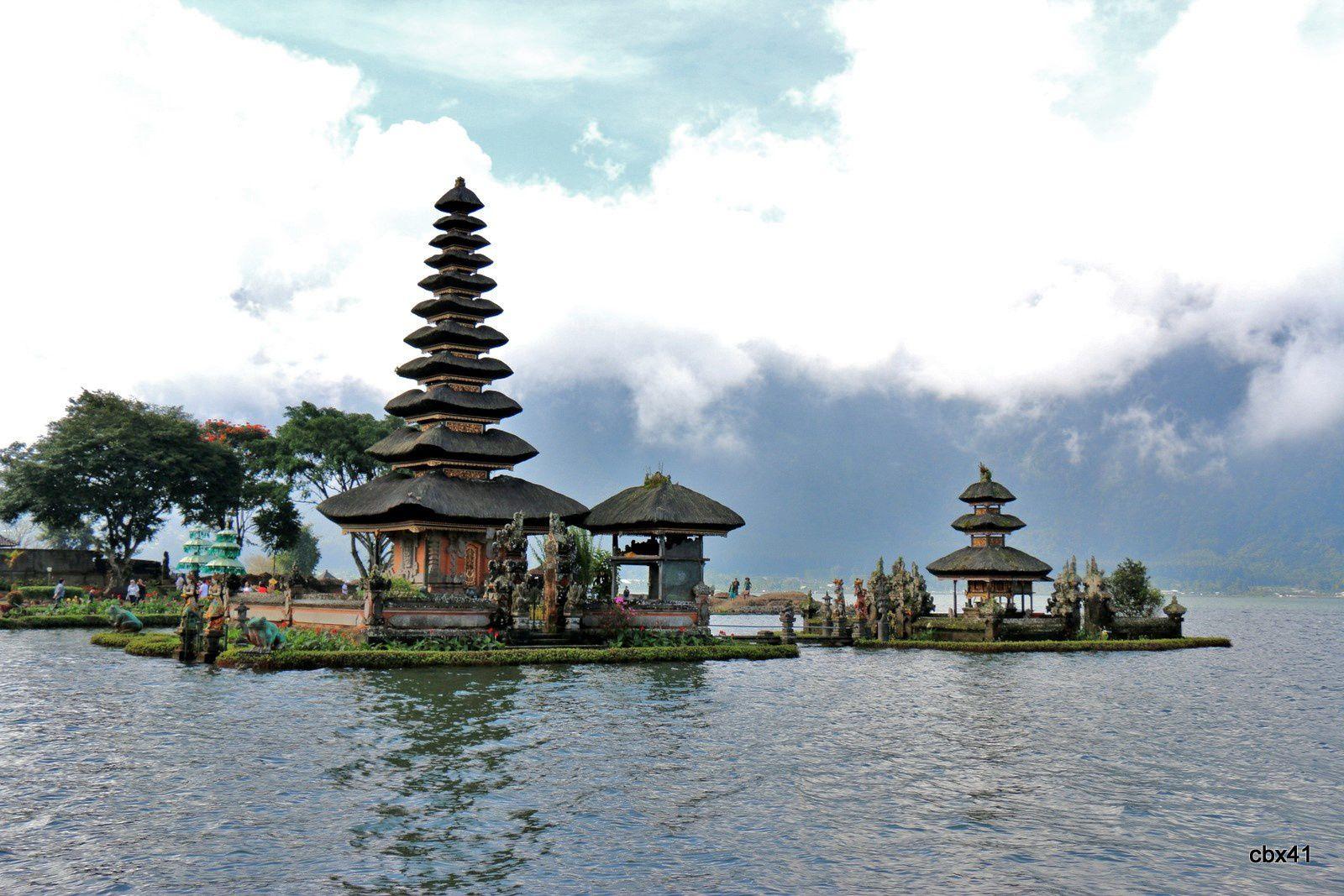 Temple Ulun Danu de Candikuning (Tabanan, Bali), constructions sur l'eau