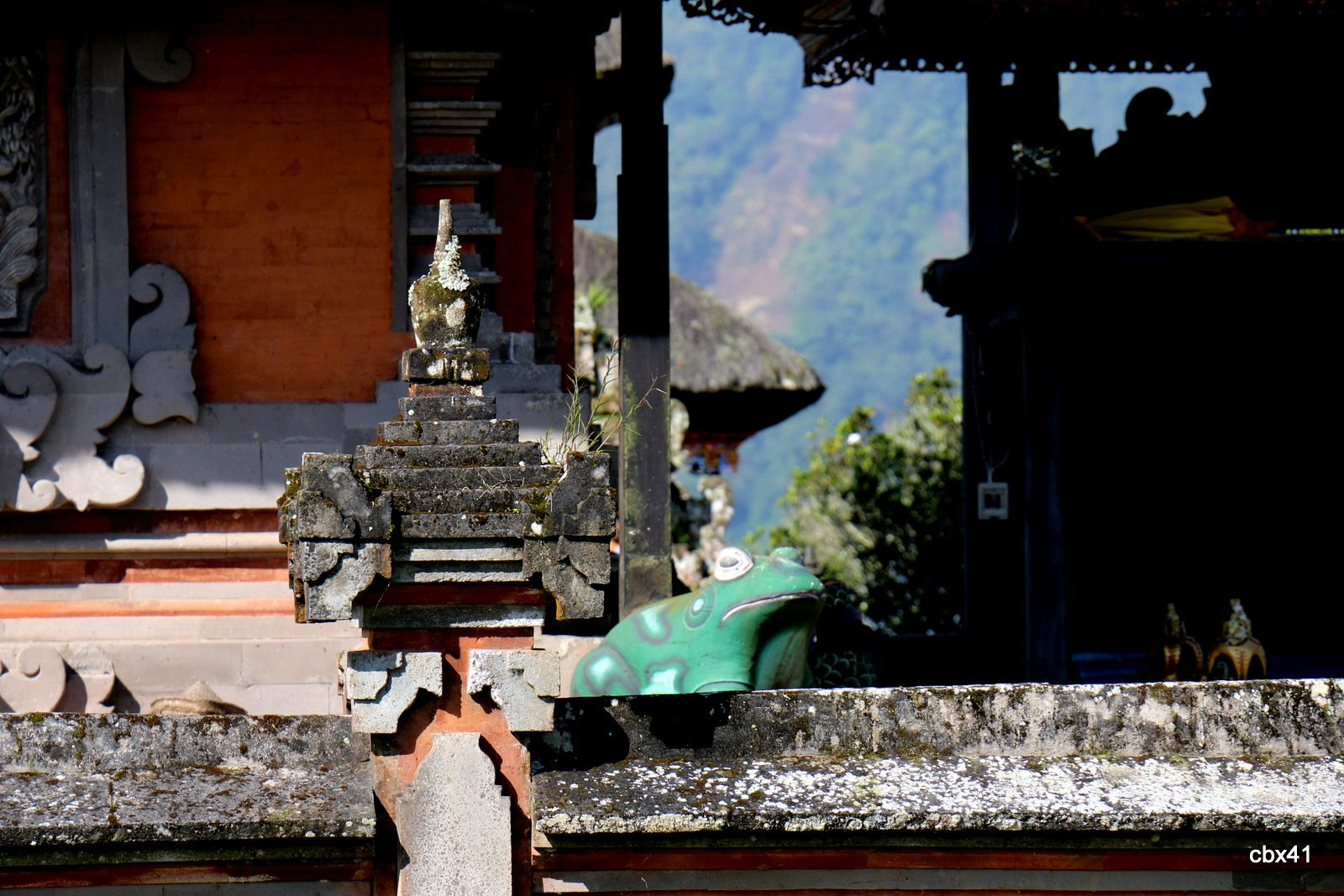 Temple Ulun Danu de Candikuning (Tabanan, Bali), la tour à 11 toits et ses grenouilles