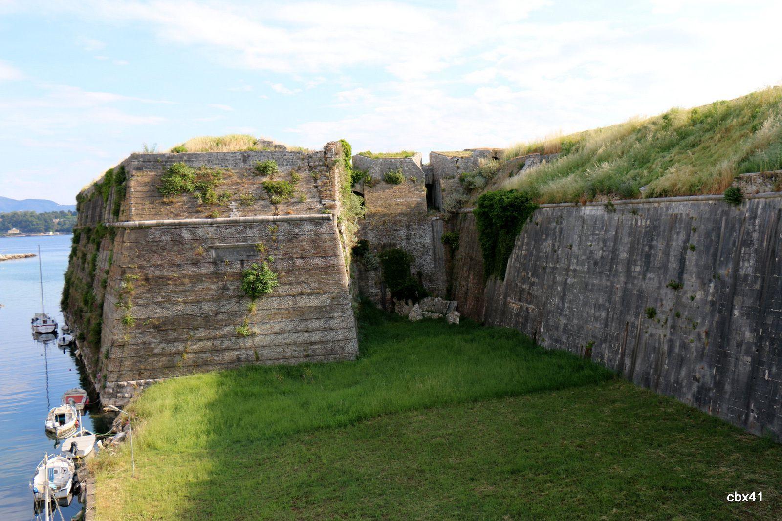 La vieille forteresse de Corfou, les remparts et l'entrée
