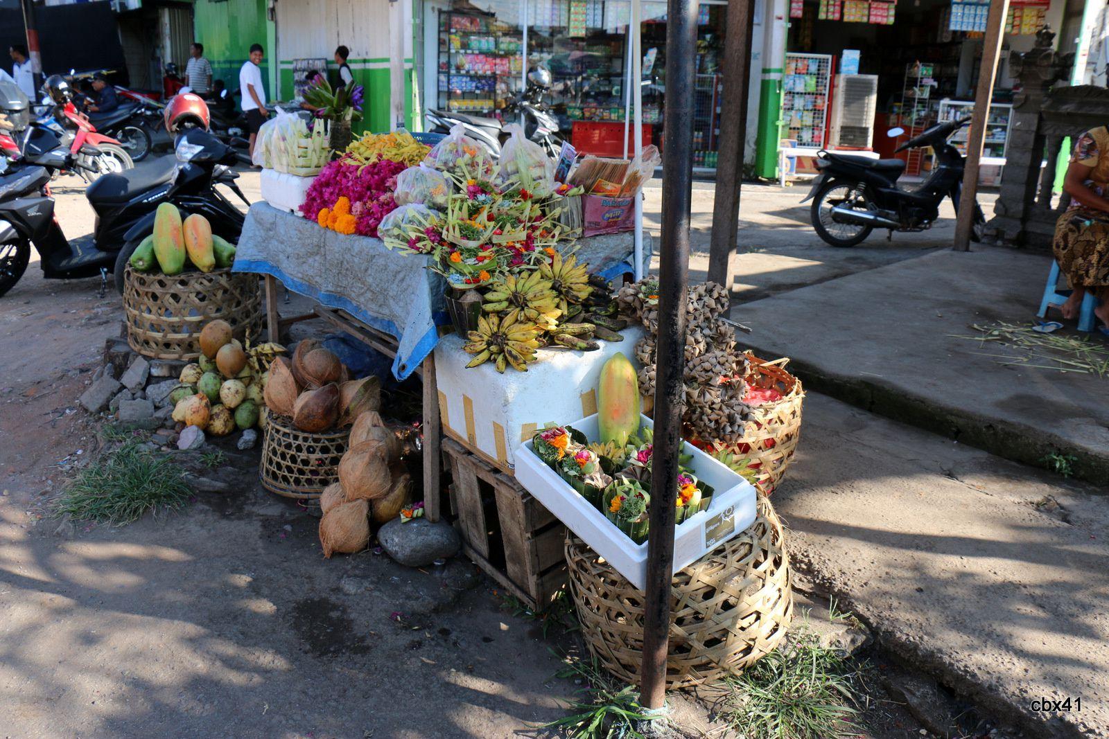 Banjar (Bali), commerces de bananes et de fleurs