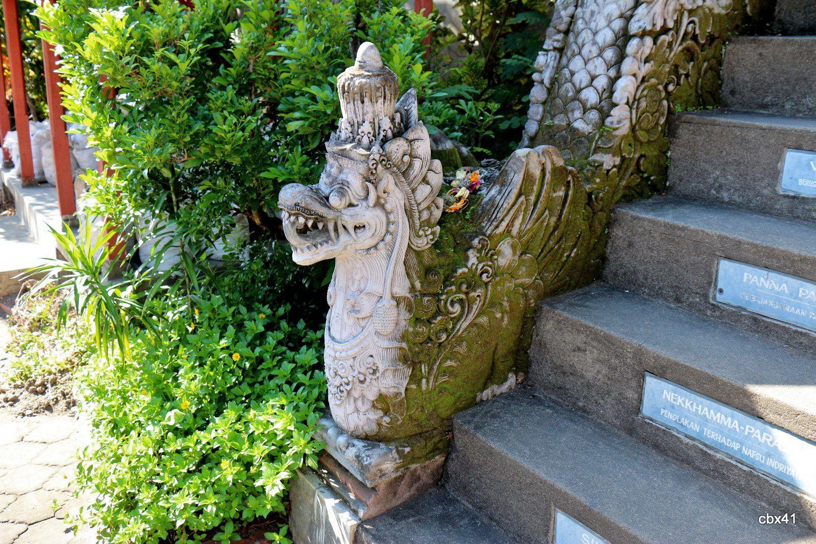 Brahma Vihara Arama, escaliers dans le monastère bouddhiste (Bali)