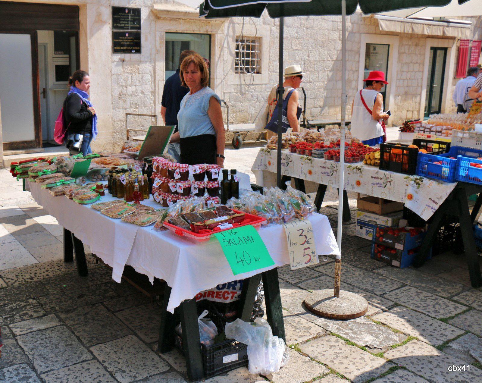 Marché dans la vieille ville de Dubrovnik (Croatie)