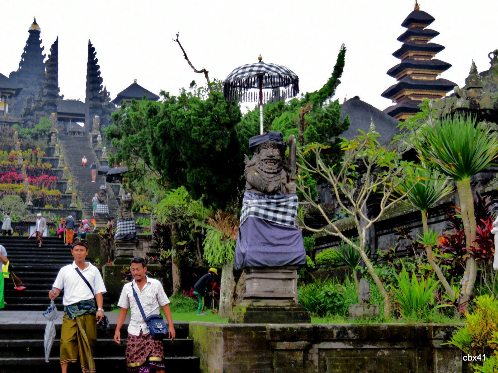 Temple (pura) Basukian Puseh Jagat, génies du grand escalier, Bali (Indonésie)