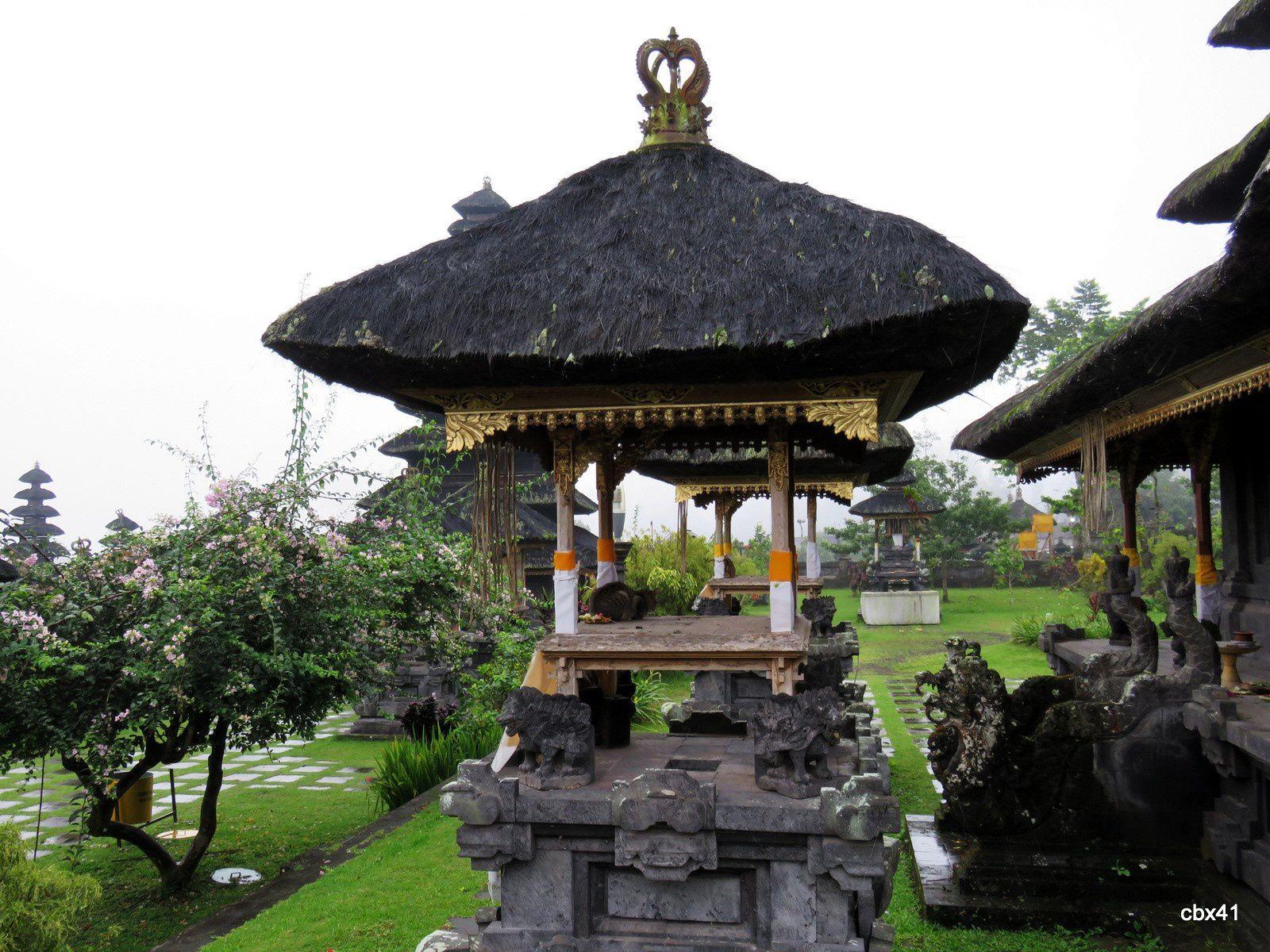 Temple Basukian Puseh Jagat, cour et autels, Bali (Indonésie)