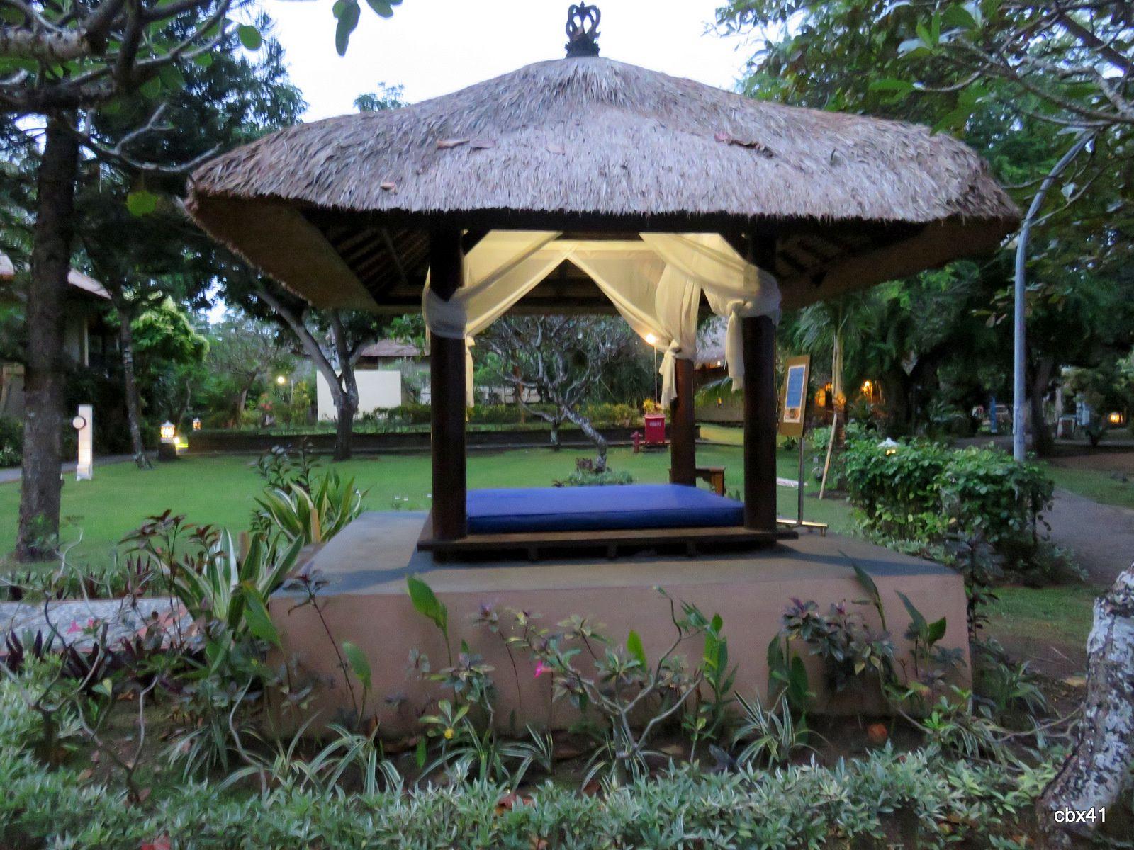Dans les jardins de l'hôtel Mercure Resort Sanur, Denpasar (Bali)