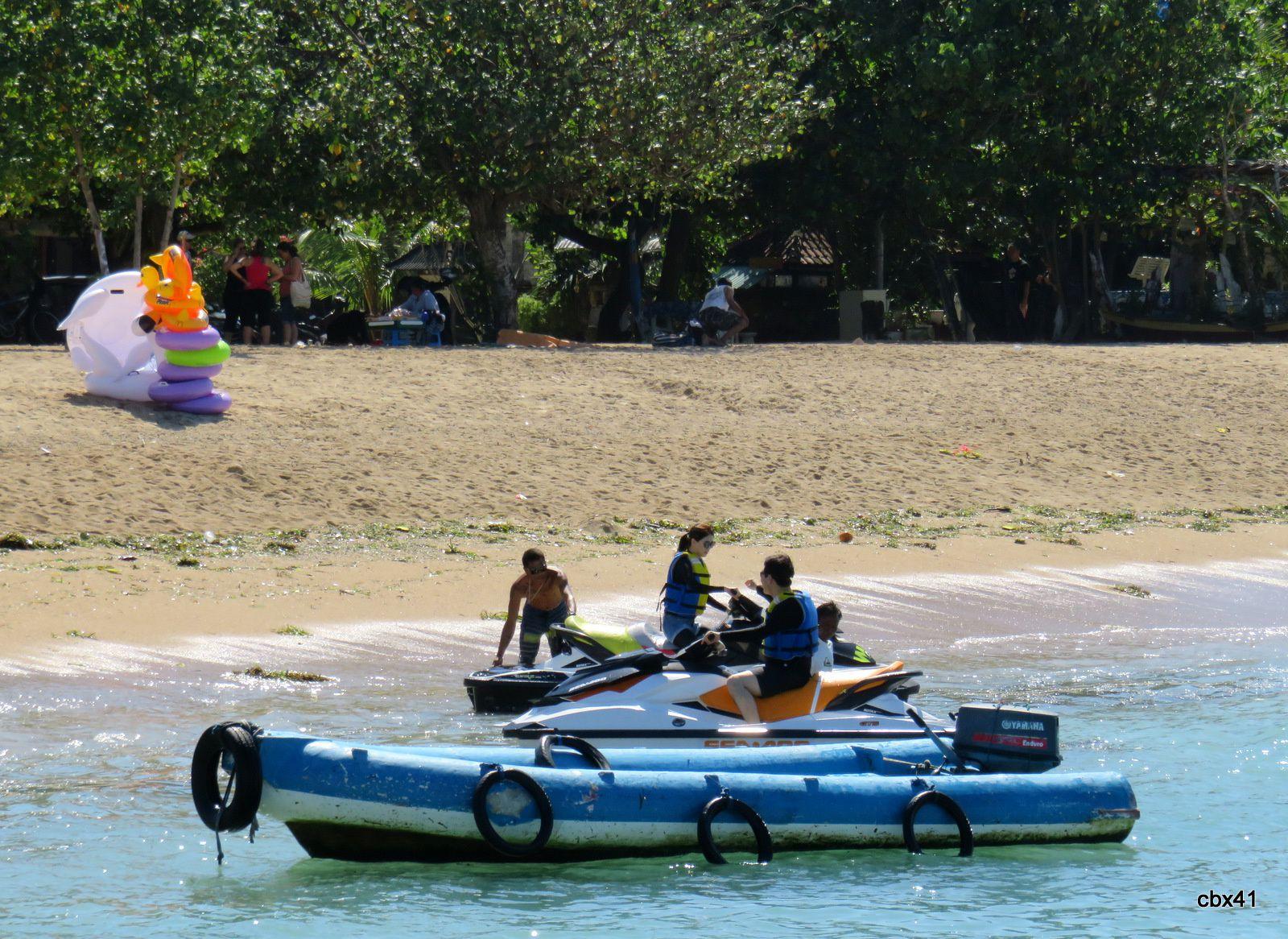 Jeux d'eau, plage de Sanur, Denpasar (Bali)