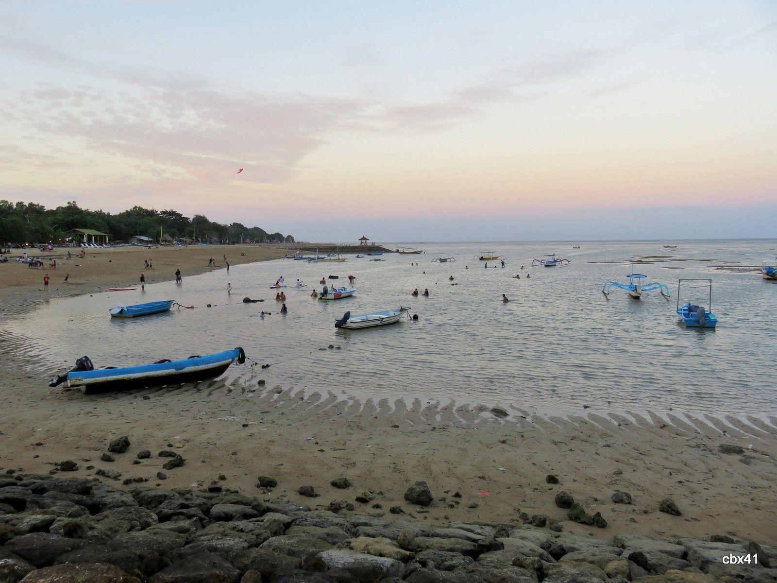 Baigneurs, plage de Sanur, Denpasar (Bali)