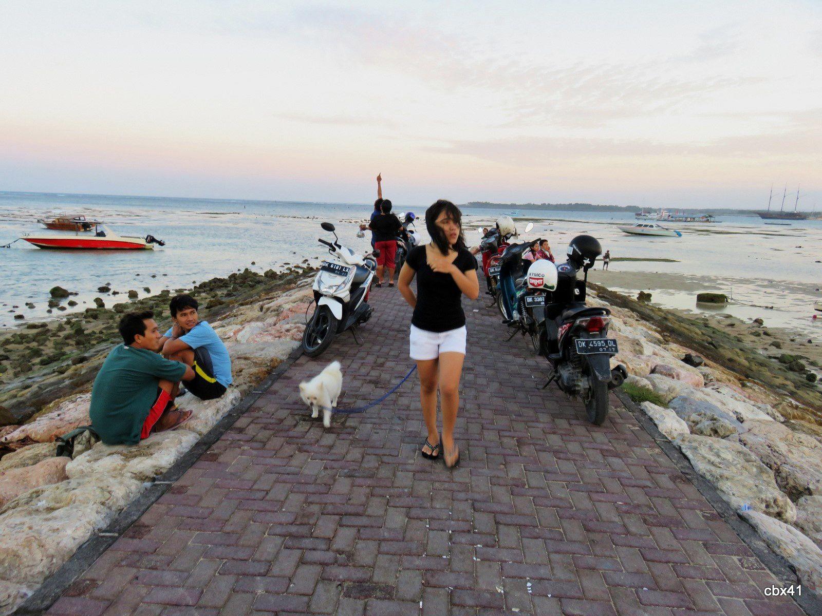Musiciens et promeneurs, plage de Sanur, Denpasar (Bali)
