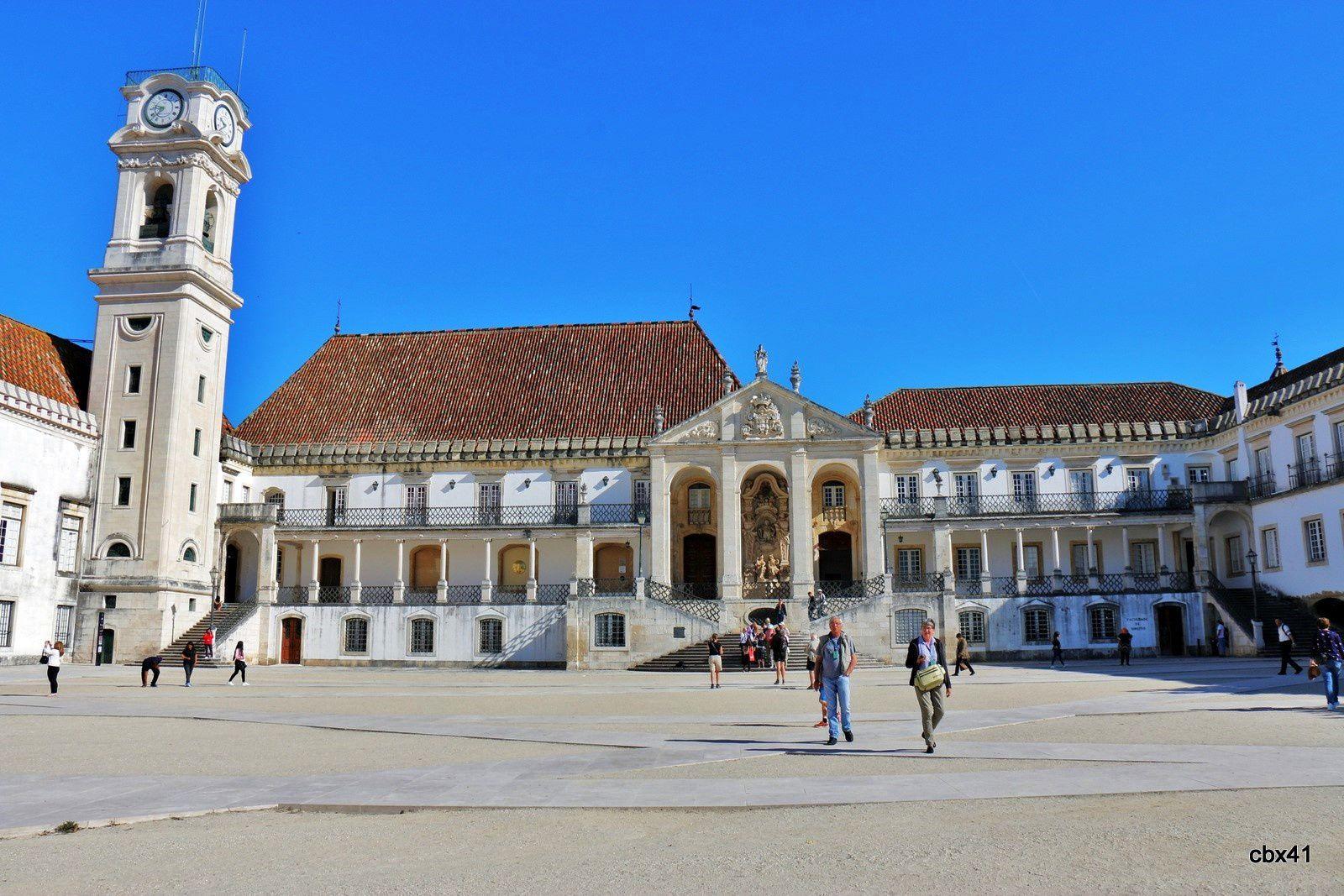 La Tour dans la cour de l'Université de Coimbra (Portugal)