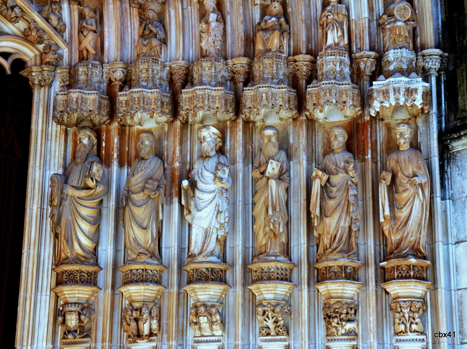Entrée principale de l'église du monastère de Batalha (les apôtres) , Portugal