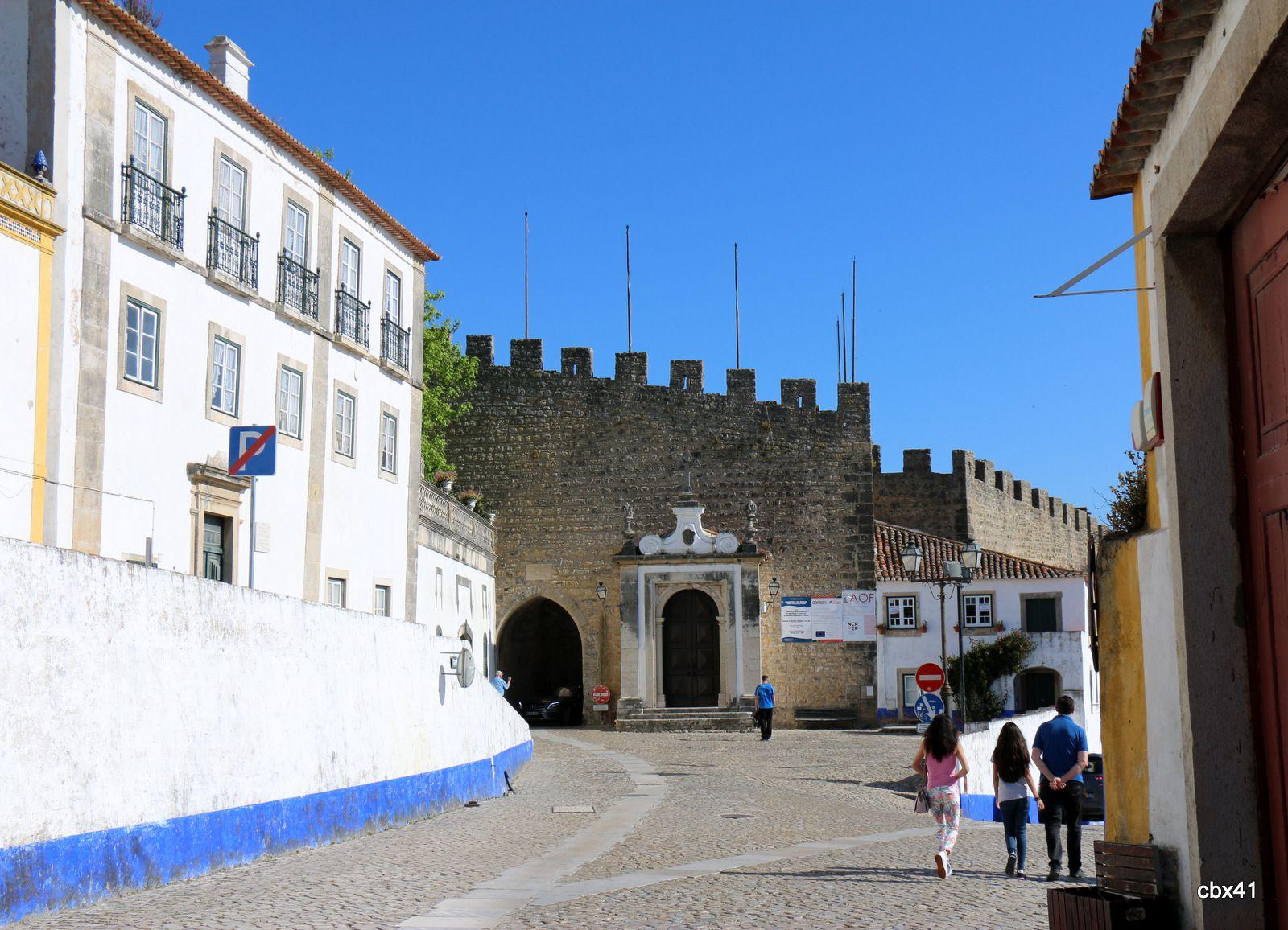 Óbidos (Portugal), L'entrée de la ville et son aqueduc
