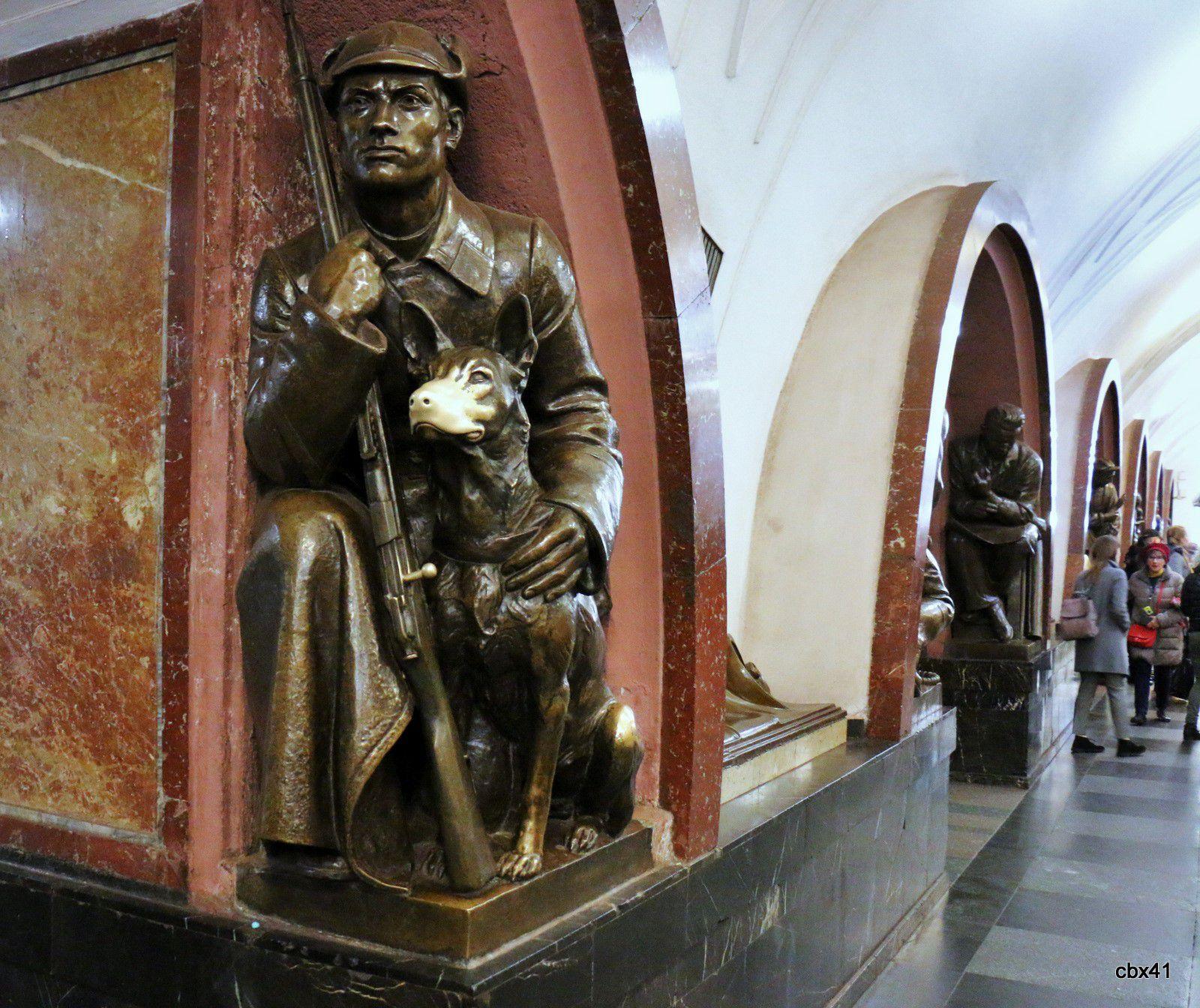 Statues de la station Ploshchad Revolyutsii du métro de Moscou