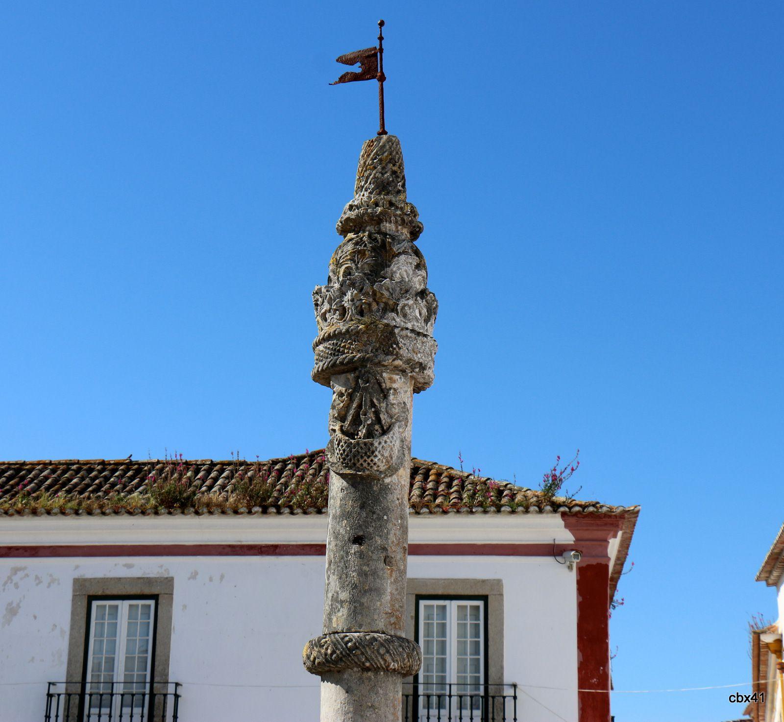 Pilori et préau de la place Sainte Marie, Óbidos (Portugal)