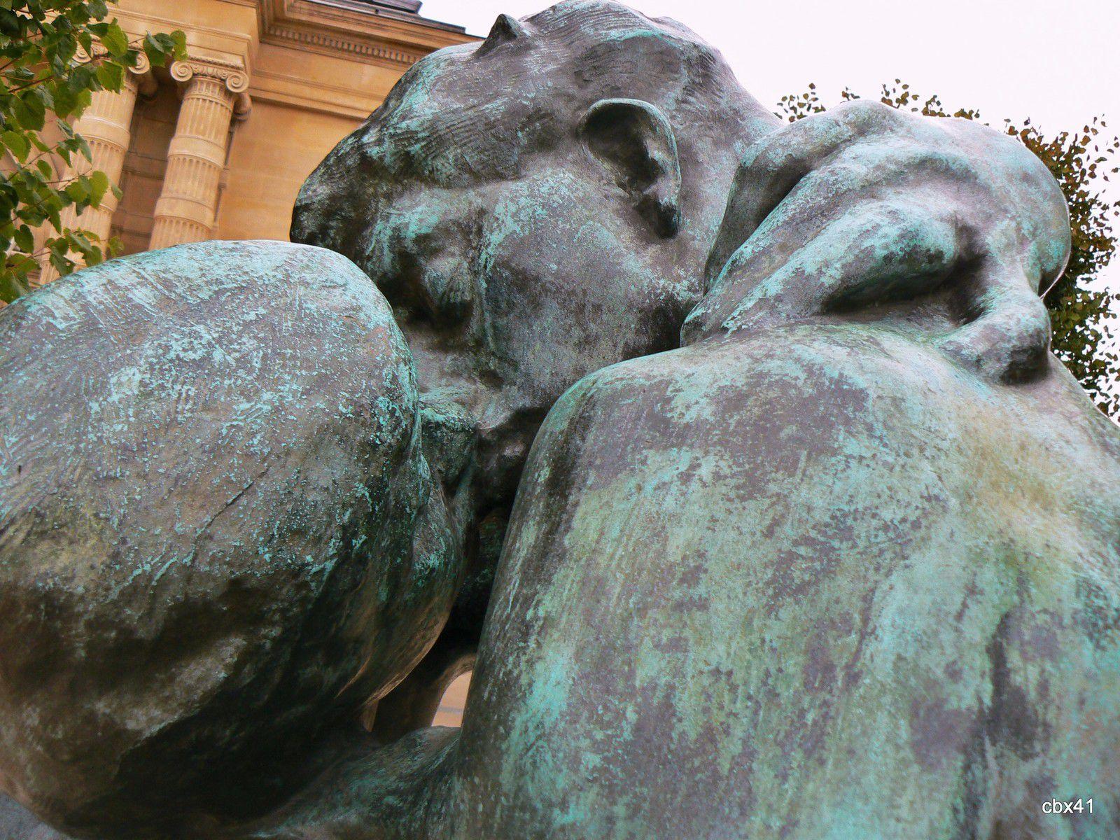 Le Baiser par Rodin, parvis du musée de l'Orangerie (Paris)