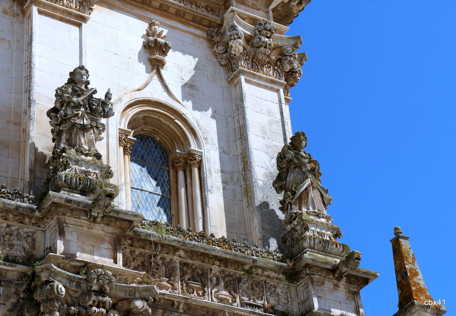 Les vertus, façade de l'église Santa Maria d'Alcobaça
