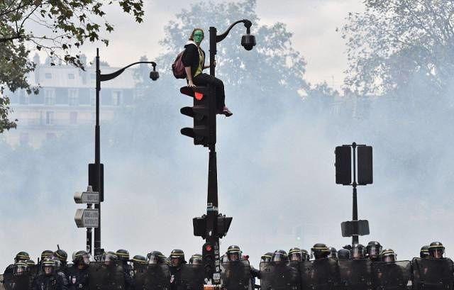 Une manifestante se cache sur cette image