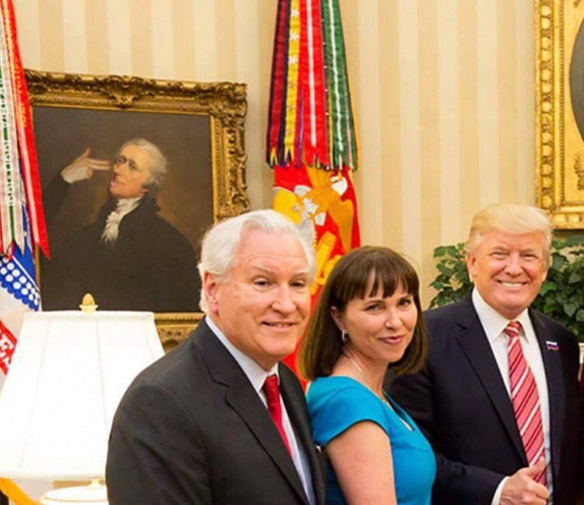 Sous le portrait de Washington