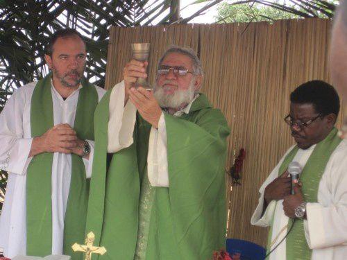 A PARÓQUIA S. JOÃO DE BRITO da Missão Católica – DAMBA, deseja: BOAS FESTAS aos MINDAMBA