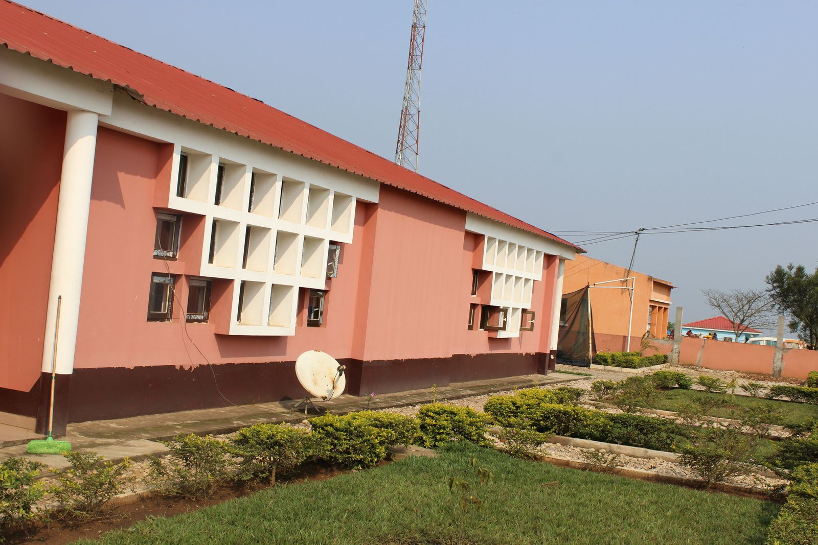 Médico na Damba opera pessoas em esteiras e população clama por socorro