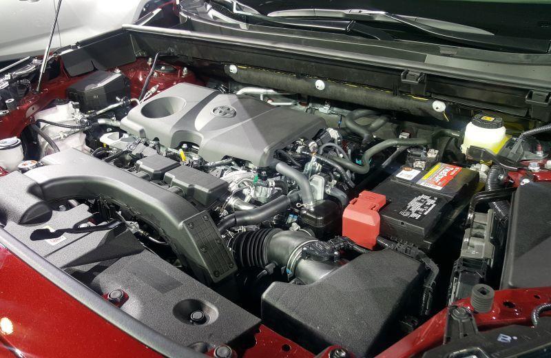 Le 2.5 VVT-i Toyota, officiant dans le RAV4, est atmosphérique et à injection indirecte... En 2019 !