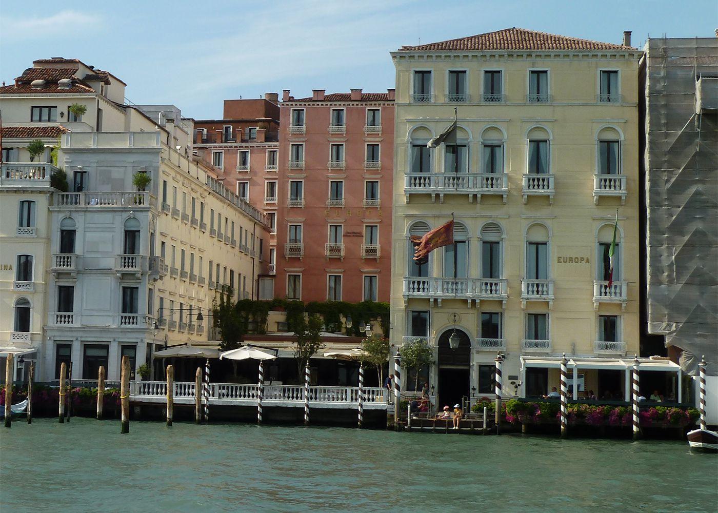 À droite, l'hôtel l'Europe sur le Grand Canal