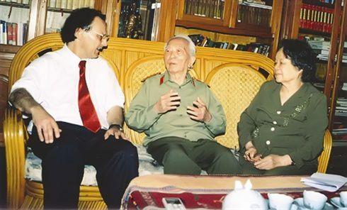 L'historien français Alain Ruscio  s'entretient avec le général Vo Nguyên Giáp et sa femme. Photo : PF/CVN