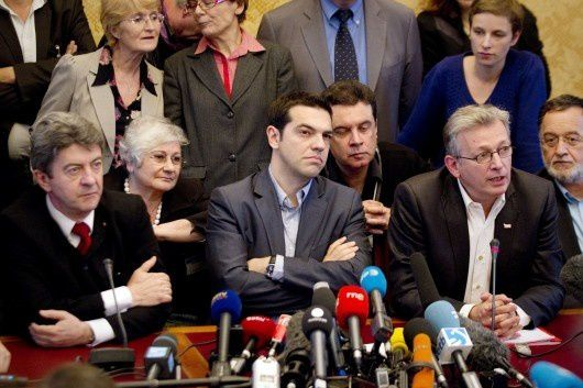 Aliki assise entre Mélenchon et Tsipras. Photo DR
