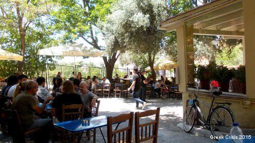 Café à Athènes le jour du vote