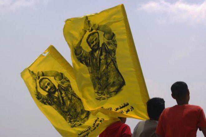 Des Palestiniens brandissent des drapeaux à l'effigie de Marwan Barghouti. Photo DR