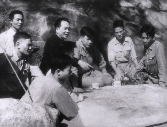 Le général Giap dans son PC de Dien Bien Phu au début de 1954
