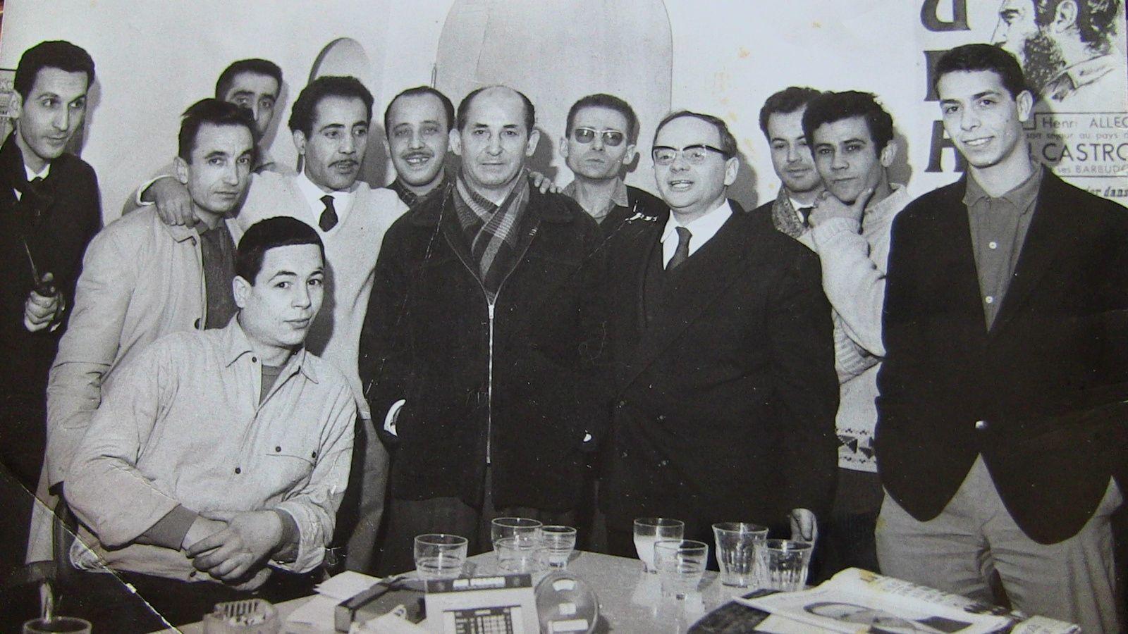 L'équipe d'Alger républicain en 1965. Au centre, Abdelhamid Benzine, Boualem Khalfa et Henri Alleg