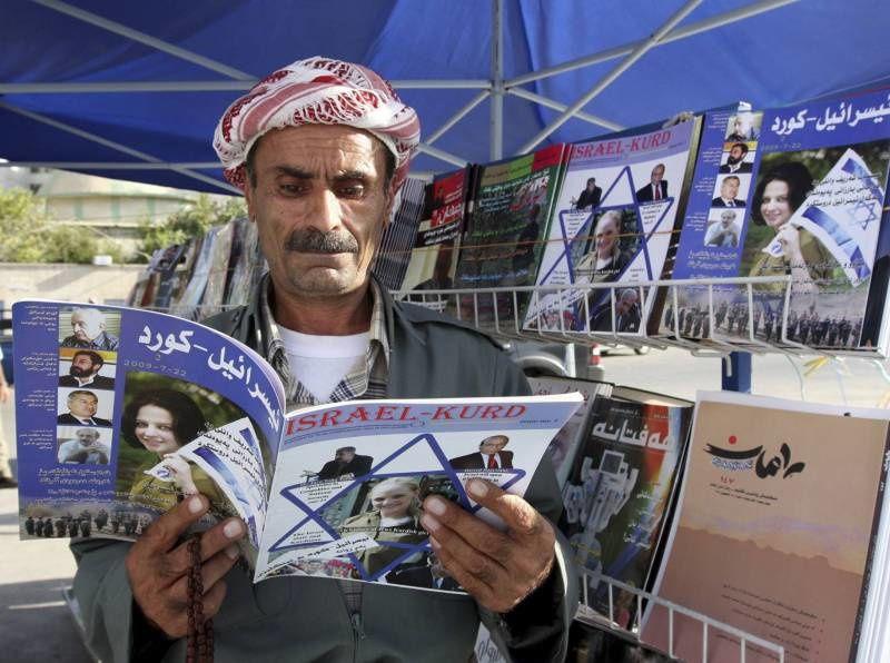 Un Kurde irakien lisant un exemplaire du magazine « Israel-Kurd » dans une rue d'Erbil, en 2009. Azad Lashkari/Reuters