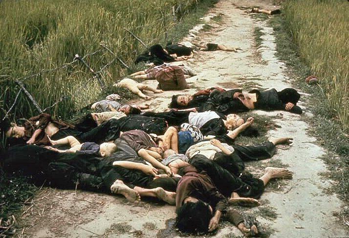 """Une des photos du massacre de My Lai prises par Haeberle : """"La plupart étaient des femmes et des enfants. On aurait dit qu'ils essayaient de s'enfuir."""""""