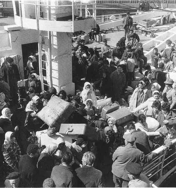 """Port d'Oran en juillet 1962. L'exode des """"pieds noirs"""". Photo DR"""