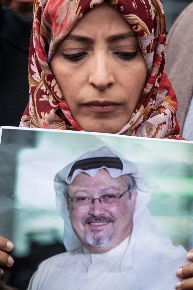 Tawakkol Karman, prix Nobel de la Paix en 2011, avec un portrait de Khashoggi devant le consulat saoudien à Istanbul. Photo DR
