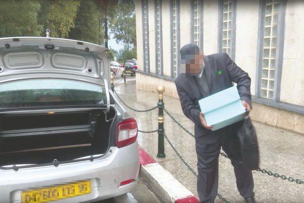 """""""Candidat chargeant les formulaire. Des caméras de certaines chaînes de télévision privées sont mobilisées devant les services du ministère de l'Intérieur. Photo DR"""