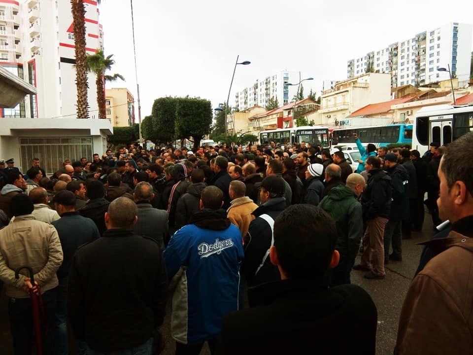 Rassemblement des Corps communs et ouvriers professionnels hier devant la wilaya de Béjaïa. Photo DR