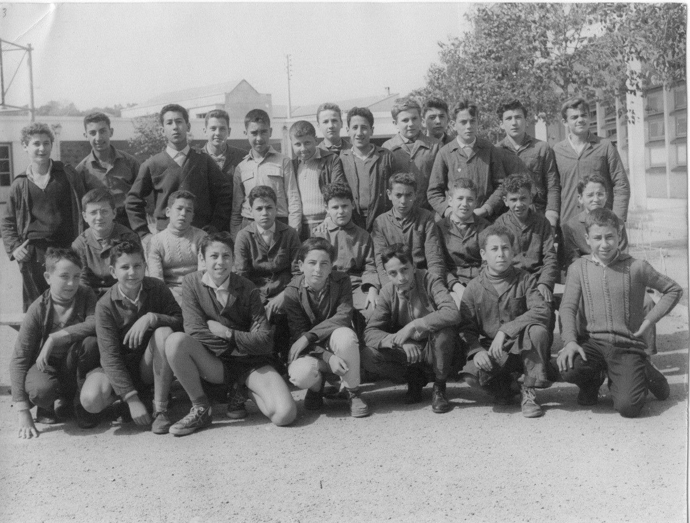 C'est une photo de la classe de 5B A, du collège Jules-Ferry de Jijel, prise au cours de l'année scolaire 1960-1961. Sur le rang du fond, debout à l'extrême gauche: mon frère Antar Abdelaziz. Au 1er rang, le deuxième accroupi à droite: Mokhtar Zine, l'ami de mon frère et le mien.