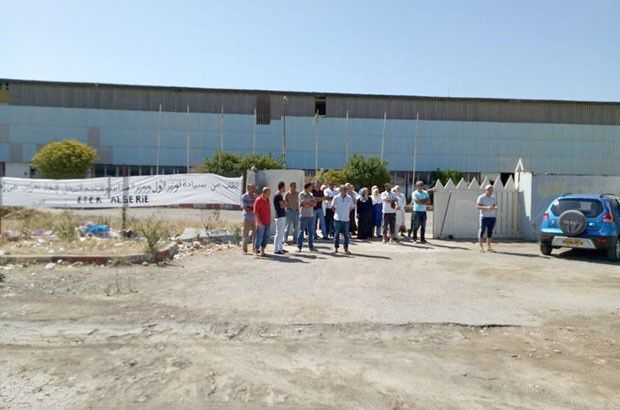 Août 2017. Les travailleurs du complexe céramique de Guelma attendent l'arrivée du ministre Zemali qui n'a pas daigné les recevoir. Ils sont sans salaires depuis plus de 6 mois et leur entreprise en cessation d'activités. Photo DR
