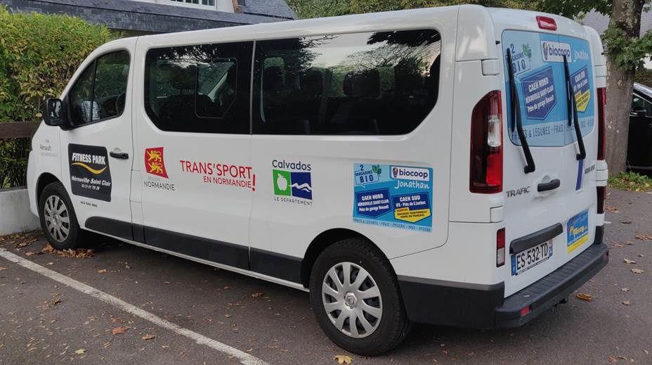 Le minibus « Trans'sport en Normandie » du club des Marsouins d'Hérouville-Saint-Clair