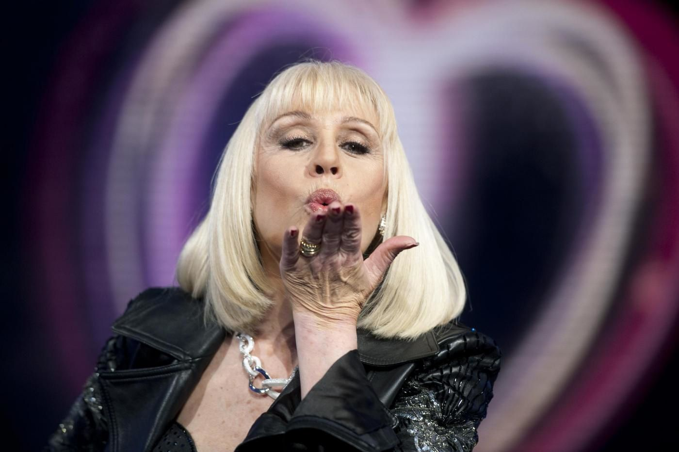 raffaela carra, une chanteuse, actrice et présentatrice italienne, elle devient une icône de la culture pop et des milieux gays