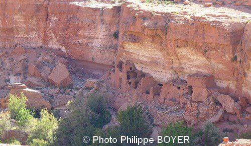 Et avant, celle de l'Ounila, de son merveilleux canyon aux argiles rouges à gypse Triassiques, avec ses ruines à ighrems et ksours troglodytiques ressemblant à des «Cliff Palace» saisissants et insolites, perdus bien loin de Mesa Verde et des Amérindiens Anasazis, remplacés ici par des tribus amazigh implantées en ces lieux sans doute bien avant l'avènement des Almoravides…