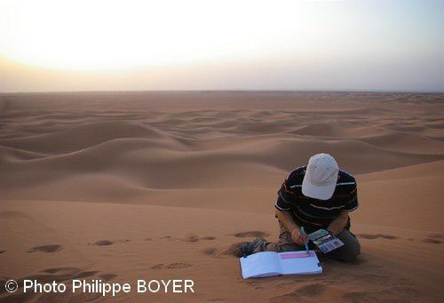 Là, c'est sur fond de soleil couchant dans l'immensité dunaire du désert, que j'esquisse ce paysage de sable qui allait nous bercer jusqu'au lendemain, de sa nuit somptueuse et étoilée.