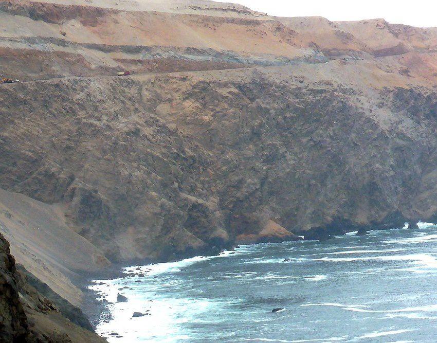Voyez-vous les camions, tout petits en haut de la falaise plongeant vers le Pacifique ? ...Notre route ici.