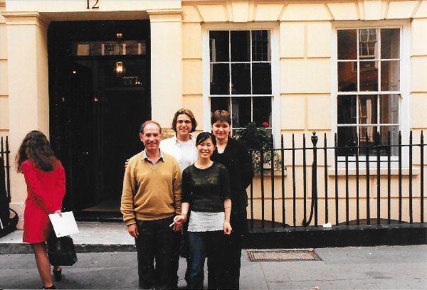 Londres cosmopolite, en 1998: au premier rang un Français (moi) et une Japonaise (Akiko), au second un Brésilien et une Kazakh